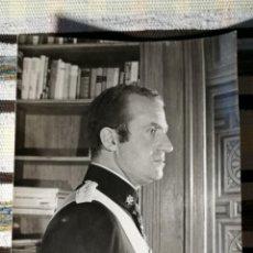Militaria: FOTOGRAFÍA INÉDITA REY JUAN CARLOS I. EN BLANCO Y NEGRO, GYENES FOTOGRÁFO. 29,3X23,7 W. Lote 236021745