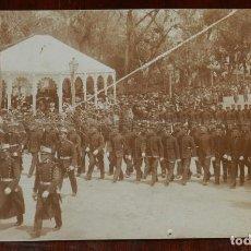 Militaria: FOTOGRAFIA DE TALLER DE FUNDICION, FOTOGRAFIA SERRANO SEVILLA, TAMAÑO POSTAL.. Lote 236109685