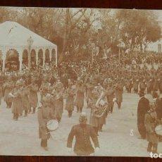 Militaria: FOTO POSTAL DE DESFILE DE BANDA MUSICAL MILITAR, GORRO ROS, EPOCA ALFONSO XIII, NO CIRCULADA.. Lote 236110220