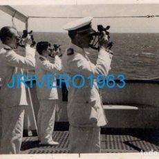 Militaria: ANTIGUA FOTOGRAFIA, AÑOS 30,MARINOS CON SEXTANTES, 84X58MM. Lote 236240020