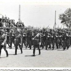 Militaria: FOTOGRAFÍA DESFILE EN VALENCIA CON LAS AUTORIDADES EL 18 DE JULIO DE 1961 - TAMAÑO 14 X 8,8 CM. Lote 241224200