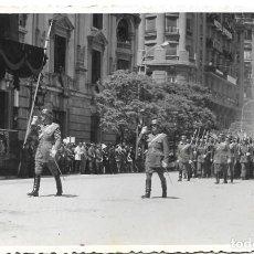 Militaria: FOTOGRAFÍA DESFILE EN VALENCIA CON LAS AUTORIDADES EL 18 DE JULIO DE 1960 - TAMAÑO 14 X 8,8 CM. Lote 241224260