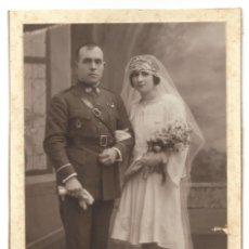 Militaria: FOTOGRAFÍA DE UN MILITAR CON SU NOVIA DE RECIÉN CASADO0S - FECHADA EL 4 DE FEBRERO DE 1929. Lote 241230740