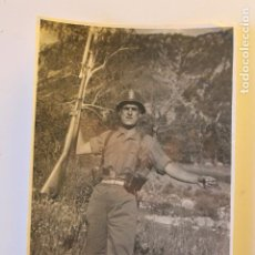 Militaria: FOTOGRAFIA MILITAR CON FUSIL, POSTGUERRA, CASCO Z, FOTO LABORATORIO ESCUDER, VALENCIA. Lote 243355190