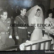 Militaria: (JX-210290)FOTOGRAFIA DE BODA DE OFICIAL DE SANIDAD MILITAR CON ESCUDO DE LA DIVISIÓN AZUL. Lote 244179255