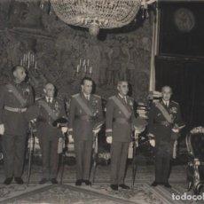 Militaria: EL JEFE DEL ESTADO, RECIBE EN AUDIENCIA A LA XXVIII PROMOCION DEL ARMA DE CABALLERIA. (10/06/1964). Lote 244488245