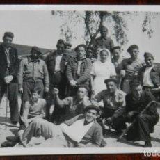 Militaria: FOTOGRAFIA DE ENFERMERA DE LA CRUZ ROJA Y SOLDADOS EN PLENA GUERRA CIVIL, MIDE 8 X 5,5 CMS.. Lote 244790550
