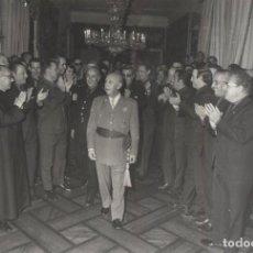 Militaria: AUDIENCIA FRANCO 16/10/1969. ASAMBLEA NACIONAL DE MANDOS DE JUVENTUDES OVACIONANDO AL CAUDILLO. Lote 244985550