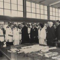 Militaria: FRANCO OBSERVANDO MAQUETA DE EXPOSICION EN MADRID ACOMPAÑADO POR CARRERO Y LOPEZ BRAVO .16/07/1968. Lote 244988920