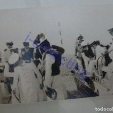 Militaria: FOTOGRAFÍA ANTIGUA ORIGINAL MILITAR. 1966. DESEMBARCO DESDE LOS ANFIBIOS. (9,4 CM X6,6 CM). Lote 245494270