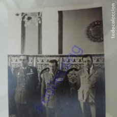 Militaria: FOTOGRAFÍA ANTIGUA ORIGINAL MILITAR. COMIDA EN IFNI, INFANTERÍA DE MARINA. (9,4 CM X6,6 CM). Lote 245496265