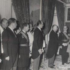 Militaria: AUDIENCIA (15/11/1967).AL TERMINAR LA CEREMONIA, EL CAUDILLO SALUDA A TODOS LOS ASISTENTES AL ACTO.. Lote 245758950