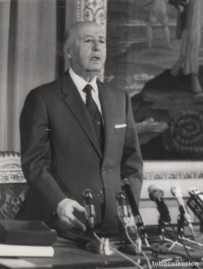 EL CAUDILLO DURANTE EL MENSAJE DE LAS NAVIDADES DE 1970. (31/12/1970) (Militar - Fotografía Militar - Otros)