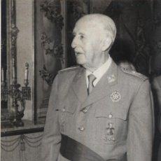 Militaria: EL CAUDILLO CONTEMPLANDO EL RETRATO DE SU NIETA HECHO POR DALI. (07/11/1072). Lote 246430975