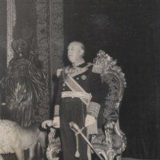 Militaria: EL GENERAL FRANCO EN EL PALACIO REAL EN EL DIA DEL CAUDILLO.FOTO ORIGINAL DE SANTOS YU (02/10/1967). Lote 246435405