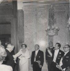 Militaria: FRANCO Y CAMEN POLO SALUDANDO A UN INVITADO EN EL PALACIO REAL EL DIA DEL CAUDILLO (15/10/1965). Lote 246436870