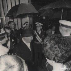 Militaria: FRANCO Y CARMEN POLO SALIENDO DE LA BASILICA DE SAN FRANCISCO EL GRANDE DE MADRID (18/10/1966). Lote 246438020