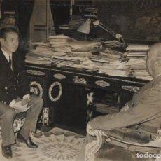 Militaria: FRANCO Y SAMARANCH HABLANDO EN EL DESPACHO DEL GENERAL DEL PALACIO DEL PARDO . (02/02/1967). Lote 246438960