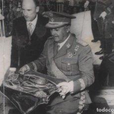 Militaria: FRANCO CORONACION DE LA IMAGEN DE NUESTRA SEÑORA DEL PUIG . VALENCIA AÑO 1954 FOTO CIFRA-GRAFICA. Lote 247691525
