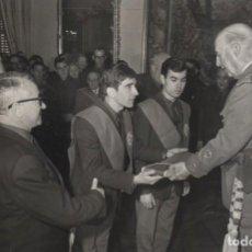 Militaria: FRANCO AUDIENCIA A LA COMISION DE LA ACADEMIA NACIONAL DE MANDOS DE JOSE ANTONIO 25 -1- 1968. Lote 247691805