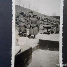 Militaria: SOLDADO DE LA WEHRMACHT PRACTICADO TIRO SOBRE UNA MESA . III REICH. AÑOS 1939-45. Lote 248505055