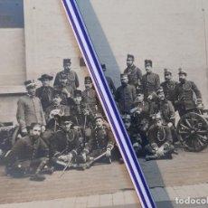 Militaria: EXCELENTE FOTOGRAFÍA MILITAR DE GRUPO ARTILLERÍA OFICIALES Y PÁRROCO CASTRENSE CON DOS CAÑONES. Lote 249358575