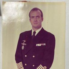 Militaria: FOTOGRAFÍA DEL REY DON JUAN CARLOS I CON UNIFORME MILITAR. MEDIDAS APROXIMADAS: 30 X 41 CM. Lote 251321930