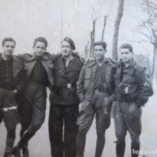 Militaria: FOTOGRAFÍA SOLDADOS DEL EJÉRCITO NACIONAL Y FALANGISTAS. SEVILLA 1938. Lote 252050545