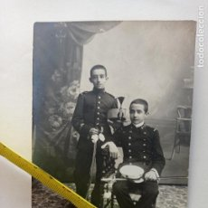 Militaria: FOTO POSTAL DE FRANCISCO FRANCO Y SU HERMANO NICOLAS FRANCO. 9 X 14 CMS. Lote 252230010