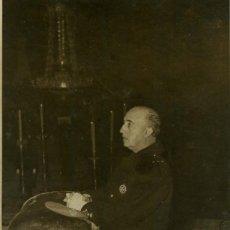 Militaria: FRANCO DURANTE EL FUNERAL POR JOSE ANTONIO (21/11/1950). Lote 252575605