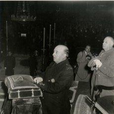 Militaria: FRANCO EN EL XX ANIVERSARIO DE LA MUERTE DE JOSE ANTONIO , PRESIDE EL FUNERAL (20/11/1955). Lote 252575740