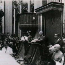 Militaria: FRANCO Y ESPOSA EN SOLEMNE CEREMONIA RELIGIOSA EN LA CATEDRAL DE VICH , BARCELONA (31/05/1947). Lote 252575800
