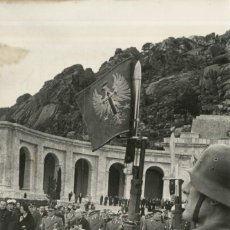 Militaria: FRANCO ABANDONANDO EL VALLE DE LOS CAIDOS ACOMPAÑADO DE AUTORIDADES (02/04/1964). Lote 252575880