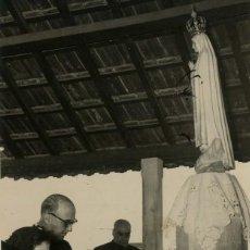 Militaria: FRANCO REZANDO EN EL SANTUARIO DE LA VIRGEN DE FATIMA , PORTUGAL (28/10/1949). Lote 252580625