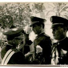 Militaria: EL CAPITÁN TEODORO PALACIOS SIENDO CONDECORADO, DIVISIÓN AZUL, LAUREADA DE SAN FERNANDO. Lote 253617970