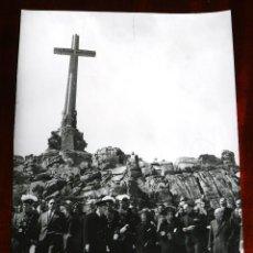 Militaria: ANTIGUA FOTOGRAFIA DE EL VALLE DE LOS CAIDOS, CARMEN POLO DE FRANCO VISITA A LA TUMBA DE JOSE ANTONI. Lote 256100100