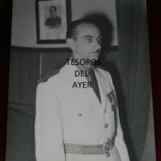 Militaria: FOTOGRAFIA DE JERARCA JEFE PROVINCIAL DE FALANGE, CUADRO DE JOSE ANTONIO DETRAS, AÑOS 40, MIDE 24 X. Lote 256100680