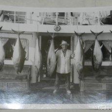 Militaria: FOTOGRAFIA DEL GENERALISIMO FRANCO POSANDO CON ATUNES EN EL YATE AZOR, AÑO 1953, MIDE 21 X 15,5 CMS,. Lote 257378480
