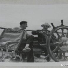 Militaria: FOTOGRAFIA DE EL GENERALISIMO FRANCO EN UN DIA DE PESCA EN EL YATE AZOR, AÑO 1953, MIDE 21 X 15,5 C. Lote 257378840