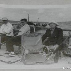 Militaria: FOTOGRAFIA DE EL GENERALISIMO FRANCO EN UN DIA DE PESCA EN EL YATE AZOR, AÑO 1953, MIDE 21 X 15,5 C. Lote 257378875
