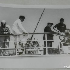Militaria: FOTOGRAFIA DEL GENERALISIMO FRANCO EN UN DIA DE PESCA DE ATUNES, POSANDO CON SU TRIPULACION EN EL YA. Lote 257379495