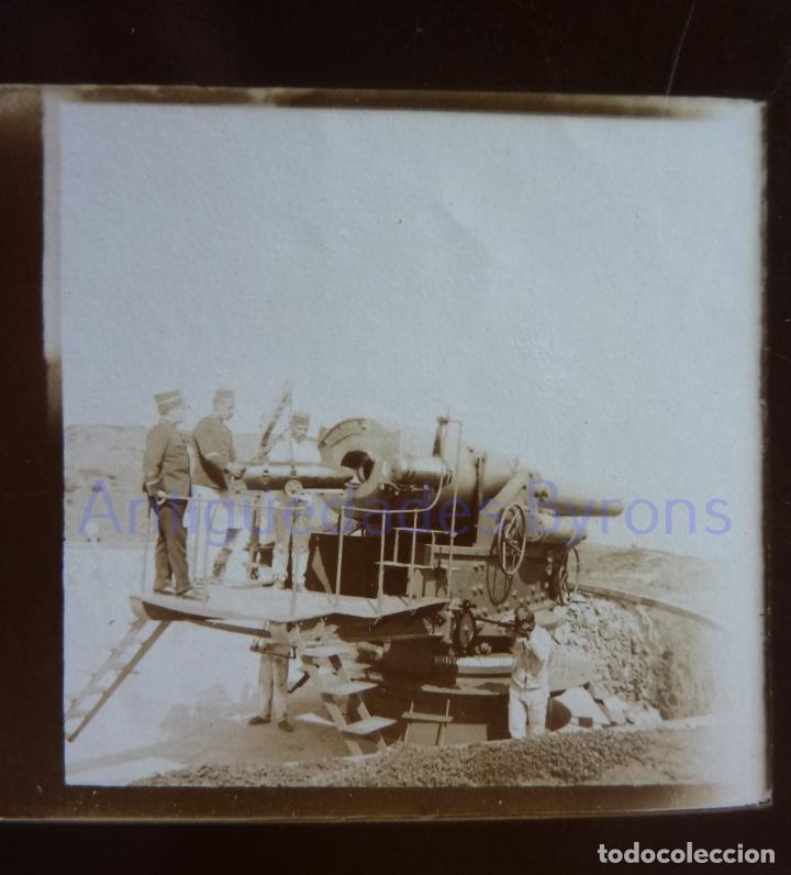 Militaria: FOTOGRAFÍA ANTIGUA. LAS PALMAS DE G.C. PROYECTIL. CAÑÓN Y ARTILLEROS. ÉPOCA ALFONSO XIII (9 X 6 CM) - Foto 2 - 257592105