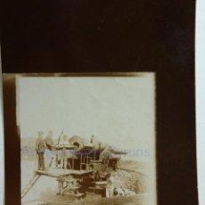 Militaria: FOTOGRAFÍA ANTIGUA. LAS PALMAS DE G.C. PROYECTIL. CAÑÓN Y ARTILLEROS. ÉPOCA ALFONSO XIII (9 X 6 CM). Lote 257592105