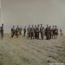 Militaria: FOTOGRAFÍA ANTIGUA. LAS PALMAS DE G.C. OFICIALES. ÉPOCA ALFONSO XIII (8 X 8 CM). Lote 257596600