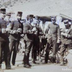 Militaria: FOTOGRAFÍA ANTIGUA. LAS PALMAS DE G.C. OFICIALES. ÉPOCA ALFONSO XIII (8 X 8 CM). Lote 257597725