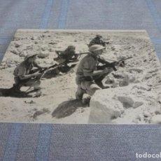 Militaria: COPIA DE FOTO MATE (11 X 15) CON ESCENAS DE LA SEGUNDA GUERRA MUNDIAL. Lote 261263490