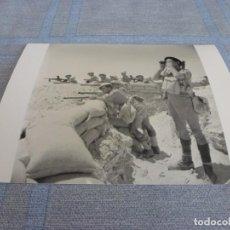 Militaria: COPIA DE FOTO MATE (11 X 15) CON ESCENAS DE LA SEGUNDA GUERRA MUNDIAL. Lote 261263585