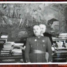 Militaria: FOTOGRAFIA DEL GENERAL FRANCO EN EL AYUNTAMIENTO DE MADRID, ENTREGA DE LA MEDALLA DE ORO DE LA CIUDA. Lote 261363390