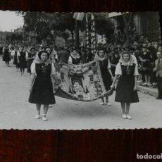 Militaria: FOTOGRAFIA DE MUJERES DE LA SECCION FEMENINA, FALANGE OFRECIENDO REGALOS A FRANCO, VISITA A SEVILLA. Lote 261528295