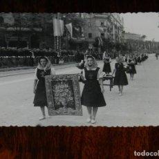 Militaria: FOTOGRAFIA DE MUJERES DE LA SECCION FEMENINA, FALANGE OFRECIENDO REGALOS A FRANCO, VISITA A SEVILLA. Lote 261528400